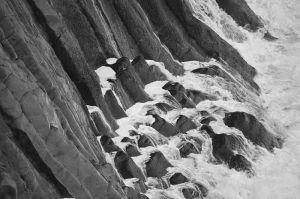 800px-Waves_hitting_the_basalt_cliffs_in_Arnarstapi